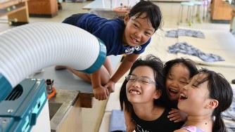 避難所の教室に設置されたクーラーで涼む子どもたち=岡山県倉敷市真備町地区で2018年7月14日、猪飼健史撮影