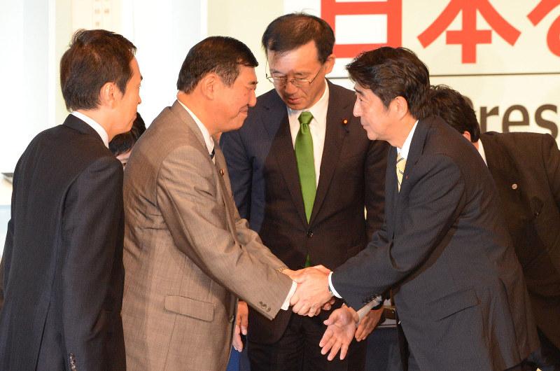 前々回の自民党総裁選で戦った安倍信三首相(右)と石破茂氏(左から2人目)が争うことになるのか(2012年9月26日撮影)
