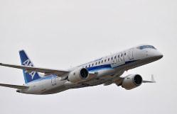 ファンボロー国際航空ショーでデモフライトを披露したMRJ。ボーイングとの提携は視界不良だ