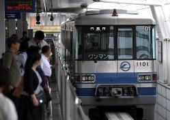 23日にいったん運行再開した大阪モノレール=2018年6月23日、久保玲撮影