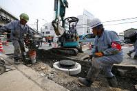 ガス管の復旧にあたる大阪ガスの作業員ら=大阪府高槻市で6月21日、小出洋平撮影