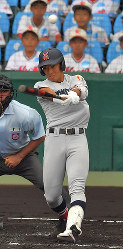 【横浜―愛産大三河】三回表横浜無死一塁、斉藤が左越え2点本塁打を放つ=阪神甲子園球場で2018年8月9日、猪飼健史撮影
