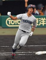 【横浜―愛産大三河】三回表横浜無死一塁、斉藤が2点本塁打を放ち、ほえる=阪神甲子園球場で2018年8月9日、猪飼健史撮影