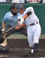 【土浦日大―興南】八回裏興南1死一塁、当山が左中間に適時二塁打を放つ=阪神甲子園球場で2018年8月9日、津村豊和撮影