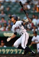 【土浦日大―興南】八回裏興南1死一塁、当山が左中間に適時二塁打を放つ=阪神甲子園球場で2018年8月9日、猪飼健史撮影