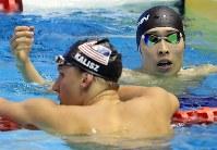 男子400メートル個人メドレー決勝を制したチェース・ケイリシュ(左)と称え合う2位の萩野公介=東京辰巳国際水泳場で2018年8月9日、梅村直承撮影