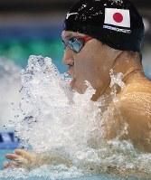 男子100メートル平泳ぎ決勝で優勝した小関=東京辰巳国際水泳場で2018年8月9日、佐々木順一撮影