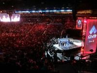 EVOの決勝で舞台の選手に声援を送る大勢の観客=米ラスベガスで2018年8月5日、長野宏美撮影