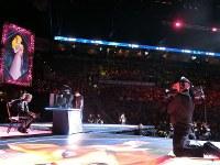EVOの決勝で大勢の観客に囲まれ、舞台で対戦する2選手(左)=米ラスベガスで2018年8月5日、長野宏美撮影