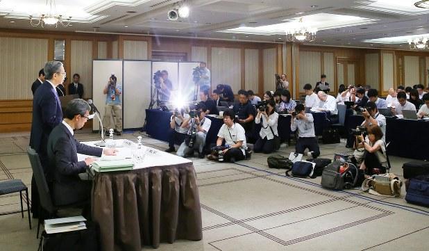 東京医科大学の記者会見に詰めかけた報道陣=東京都内のホテルで2018年8月7日、長谷川直亮撮影