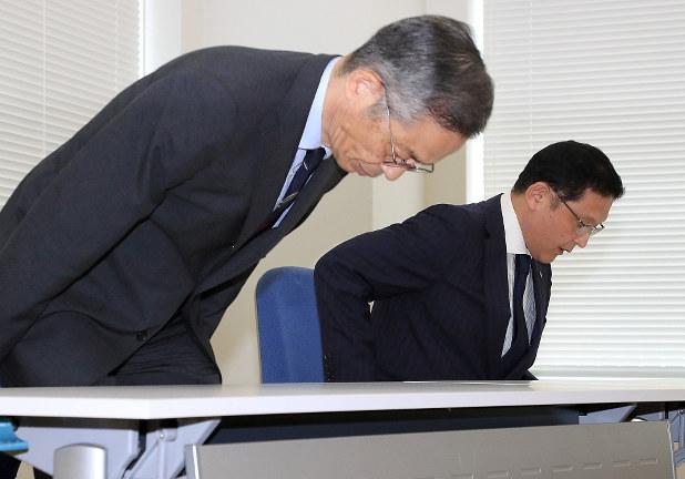 入試不正の報告のために文科省を訪れた東京医科大の高田治教育部次長(左)と市原克彦総務部長=同省で2018年8月7日、梅村直承撮影