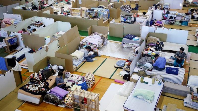 熊本地震から1カ月がたち、間仕切りを設置した避難所で生活する避難者ら=熊本県西原村の山西小で2016年5月12日
