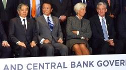 G20財務相・中央銀行総裁会議の記念写真に納まる麻生太郎財務相や米連邦準備制度理事会のパウエル議長ら=ブエノスアイレスで2018年7月21日、清水憲司撮影