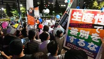 自民党本部前で杉田水脈議員の辞職を求めて抗議する人々=2018年7月27日、宮間俊樹撮影