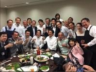 7月5日夜に赤坂議員宿舎で開かれた飲み会「赤坂自民亭」の様子=西村康稔官房副長官のツイッターから
