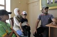 ダマスカスから避難してきたムハンマドさんの一家。シリアとアブハジアが相互で国家承認したことについて「自分のような境遇を助けてくれる」と喜んでいた=アブハジアのスフミで2018年7月24日、大前仁撮影
