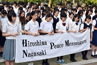 High school students and other visitors offer prayers to atomic bomb victims at Bakushinchi (Hypocenter) Park in Nagasaki on Aug. 9, 2018. (Mainichi)