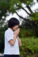 A high school student offers a prayer at Bakushinchi (Hypocenter) Park on Aug. 9, 2018, as the city marks the 73rd anniversary of the U.S. atomic bombing of the city. (Mainichi)