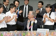 U.N. Secretary-General Antonio Guterres, center, smiles as he shows a paper crane he made with local children at the Nagasaki Atomic Bomb Museum on Aug. 9, 2018. (Mainichi)
