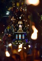 An A-bombed statue of the Virgin Mary is carried by religious followers and other participants with torch flames from Urakami Cathedral to Nagasaki Peace Park in the city of Nagasaki, on Aug. 9, 2018. (Mainichi)