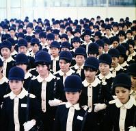 整列したエスコートガイド=1970年3月