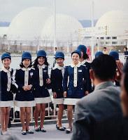 入場客に笑顔を見せるエスコートガイド=1970年3月