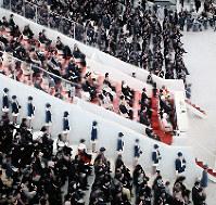 開会式で貴賓席の周囲に並ぶエスコートガイド=1970年3月14日