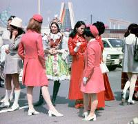 開会式の出番を待つ各国ホステス=1970年3月14日