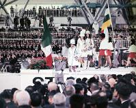 開会式で入場する各パビリオンのホステス。外国パビリオンのホステスは自国語で「こんにちは」とあいさつしてお祭り広場に並んだ=1970年3月14日