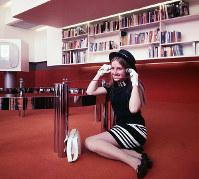イギリス館の英文学コーナーを案内するホステス=1970年3月