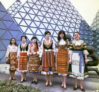 民族衣装を着たブルガリア館のホステス=1970年3月