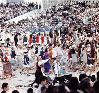 閉会式で観客席に手を振りながらお祭り広場をパレードする各パビリオンのホステスやホストたち=1970年9月13日