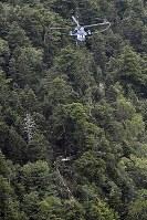 群馬県防災ヘリが墜落した現場=群馬県草津町で2018年8月10日午後3時5分、本社ヘリから