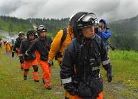 防災ヘリの墜落現場へ、捜索のため徒歩で向かう消防隊員ら=長野県山ノ内町の横手山中腹で2018年8月10日午後6時21分、手塚耕一郎撮影