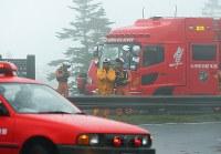 防災ヘリが墜落し、現場近くの渋峠に集まった消防隊員ら=群馬・長野県境で2018年8月10日午後6時4分、手塚耕一郎撮影