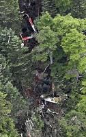 山中に墜落した群馬県防災ヘリ=群馬県中之条町で2018年8月10日午後2時40分、本社ヘリから