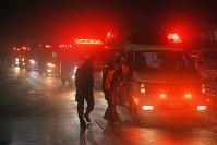 防災ヘリの墜落現場近くの峠に集まった多数の救急車=群馬・長野県境の渋峠で2018年8月10日午後8時45分、手塚耕一郎撮影