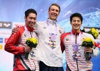 男子400メートル個人メドレーで2位になった萩野(左)と3位の瀬戸(右)。中央は優勝したケイリシュ=東京辰巳国際水泳場で2018年8月9日、佐々木順一撮影