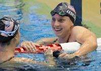 女子800メートル自由形決勝を制し笑顔を見せるケイティ・レデッキー(右)=東京辰巳国際水泳場で2018年8月9日、梅村直承撮影