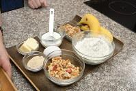 バナナ2本、グラノーラ、バター、砂糖、卵、ヨーグルト、小麦粉、ベーキングパウダー、塩、クルミを用意する=根岸基弘撮影