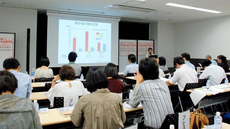 介護従事者を対象に開かれた高齢者の脱水対策セミナー=東京都中央区で2018年8月1日、鈴木敬子撮影