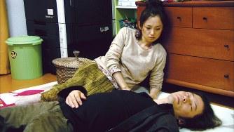 「酔いがさめたら、うちに帰ろう。」の1シーン。主演の浅野忠信さんと永作博美さん