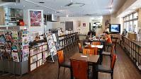 神戸映画資料館の館内。カフェも併設され、お茶を飲みながら映画雑誌などの資料を閲覧できる=神戸市長田区で、桜井由紀治撮影