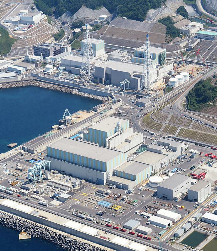 島根原発3号機(手前)。奥左は1号機、奥右は2号機=松江市で2018年8月2日、本社ヘリから望月亮一撮影