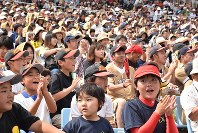 Young and old fans gathered at the Azuma ballpark in the city of Fukushima to watch the Japan-U.S. softball match on June 23, 2018. (Mainichi)