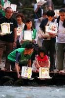 日航ジャンボ機墜落事故発生から33年を前に、灯籠を流す遺族ら=群馬県上野村で2018年8月11日午後6時48分、喜屋武真之介撮影