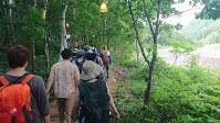 森の中を抜け別のステージに向かう観客。歩いているだけで日常を離れていくような気分に=新潟県湯沢町で2018年7月29日午後4時22分、大原一城撮影