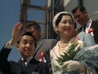 Emperor Akihito and Empress Michiko (then the Crown Prince and Crown Princess) are seen during their visit to Mexico in 1964. (Image courtesy of MBS)
