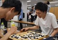 栗田佳樹さん(左)を制し、初優勝した岡田健斗さん=東京都・市ヶ谷の日本棋院で4日、最上聡撮影