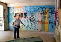 ピロティの落書きを前にする前潟自治区長。「きれいにして自慢できる場所になれば」と期待する=愛知県豊田市の保見団地で3日